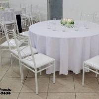 cadeiras brancas toalhas brancas mesa de 8 lugares
