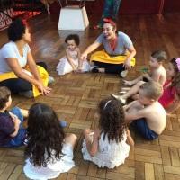 Brincadeiras infantis com profissionais da educação