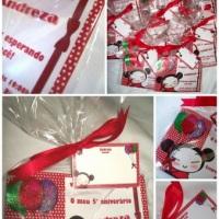 Convite Laço Pucca. Medindo 16x11, com detalhes em gliter, bilhete personalizado