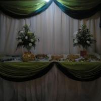 mesa de buffet com arranjos naturais