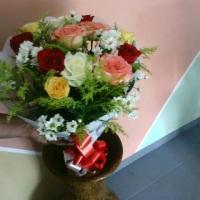 buque de rosas natural coloridas