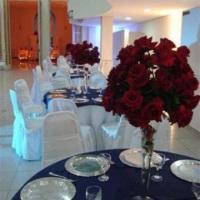 centro de mesa com rosas vermelhas