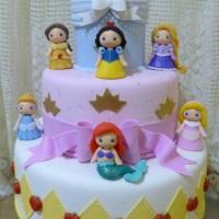 Bolo cenográfico Princesas em biscuit