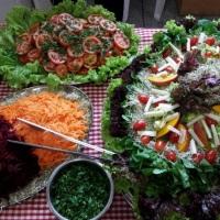 Buffet:  saladas super decoradas e com muita variedades