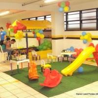 Area kids com 05 brinquedos, escorregador, gangorras, mesinhas com jogos de encaixe e tapete de gram