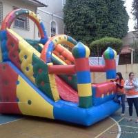 Tobogã inflável com 05 metros de comprimento.