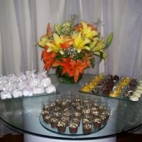 Mesa de doces e chocolates