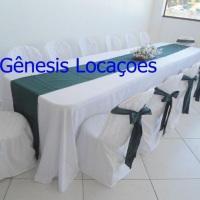 mesa de 4 mts com toalha branca com verde musgo