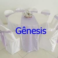 mesa redonda  de 8 lugares com toalha branca e caminho   de mesa  e laços lilas,capas de cadeiras.