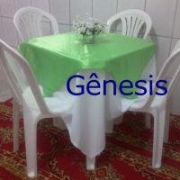 mesa  quadrada com  toalha  branca e cobre mancha em cetim  verde pistache.