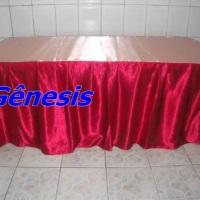 mesa  de  2 metros com  toalha  em  cetim  vermelho.