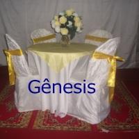 mesa redonda  de 4  lugares com  toalha branca,cobre mancha  amarelo  claro  e  laços  na  cor  amar