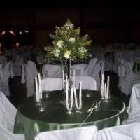 mesa com cobre mancha verde escuro.