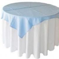 mesa com cobre macha azul bebê.