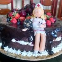 Naked Cake com bonequinha personalizada.