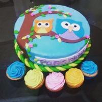 Bolo e cupcakes do Kit festa, tema coruja neon.