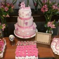 mesa decorada com bolo cenografico e doces finos