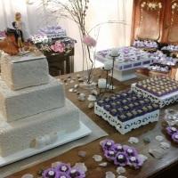 decoração rustica com bolo cenográfico e doces finos