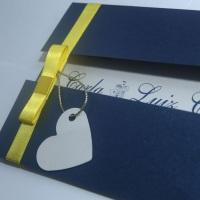 Convite em papel Indigo com laço chanel amarelo, impressão em azul royal. Detalhe: um coração com o