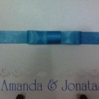 Convite em papel Aspen com bordas recortadas em renda. Miolo colorido.
