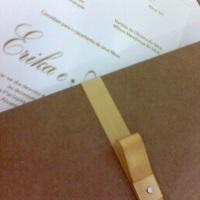 Modelo rústico. Envelope em papel kraft e miolo em papel perolzado. Um lindo contraste.