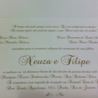 Tradicional. Envelope moldura em linho branco, miolo em linho branco com impressão em relevo dourado