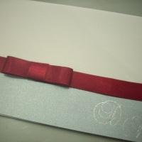 Convite em linho branco com aplicação de barra em prata e monograma em hot stamping, interior em pap