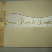 Convite com envelope em papel linho marfim, interior em papel aspen, impressão em dourado, acabament