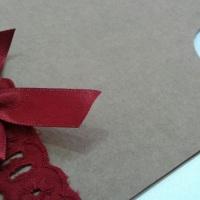 Feito em papel kraft e aplicação de hot no detalhe