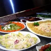 Saladas decoradas em almocos e jantares