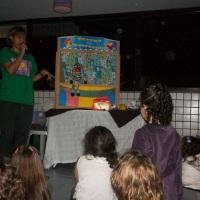 Teatrinho de Fantoches com estória divertida e criativa