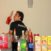 profissionais na preparacao dos drinques