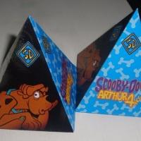 caixa pirâmide com chicletes ou bombons