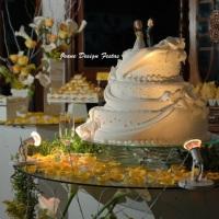 Lindo bolo e a decoração amarela!