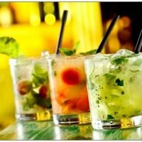 Bartender  (caipiroskas, coqueteis com ou sem alcool) Para debutantes sugerimos milk shake no card