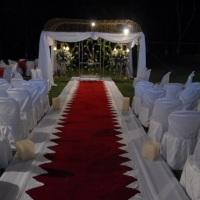 Casamento ao ar livre vermelho e branco com tenda.