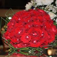 Buque de rosas vermelhas com aplicação de strass.