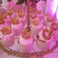 Cupcake de baunilha com recheio de doce de leite com cobertura de chantininho