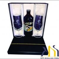 Taças de cristal cerveja personalizadas. Kit com 2 taças, 1 cerveja e embalagem em cartonaria.