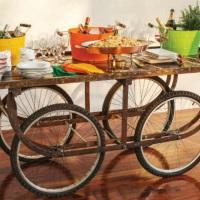 mesa e roda de bicicleta