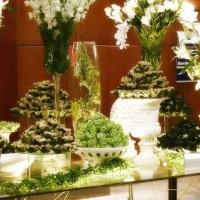 Mesa de vidro para bolo e decoração