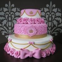 Bolo cenográfico 3 andares - 021 Medidas: 30 cm de altura e 35 cm largura Detalhes: rosa, princesa