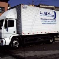 Caminhão Toco Baú com Plataforma elevatória