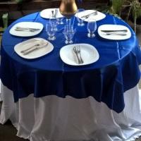 Kit de louças e talheres, toalhas de mesa.