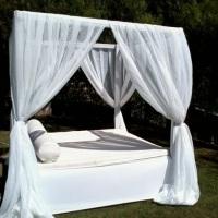 Bangalô com cortinas.