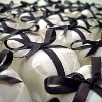 Bem-casados no papel crepom e fita de cetim