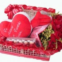 baú com rosas vermelhas e 1 coração pelúcia e bombons