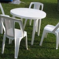cadeira branca e mesa redonda