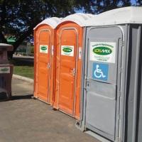 Linha sanitária completa com banheiros químicos (básico e para pessoas com deficiência) lavatórios,