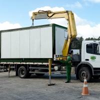 Movimentação e transporte de cargas e equipamentos pesados, moderados e leves com caminhão munck.